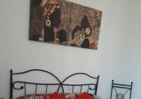 Dormitorio de matrimonio con un cuadro
