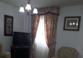 Sala de estar con tele a un lado