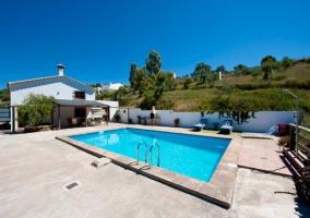 Acceso principal a la casa con la piscina