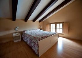 Dormitorio de matrimonio con colcha de flores