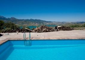 Vistas de la piscina y el entorno natural