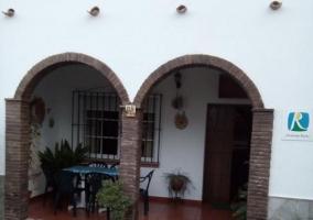 Amplia entrada de la casa con porche