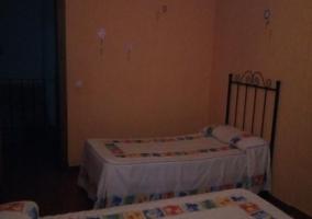Dormitorio doble con paredes en naranja