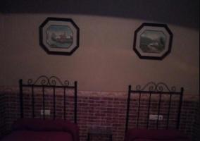 Dormitorio doble de la casa con cuadros