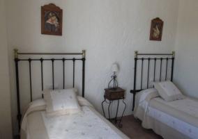 Dormitorio doble con la mesilla