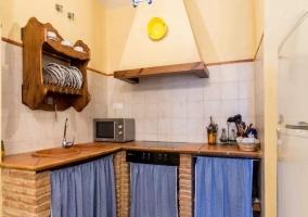 Cocina comedor con microondas y menaje