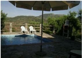 Vistas de la piscina y la mesa