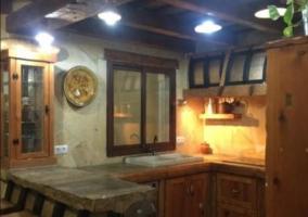 Cocina de la casa con barra y armarios de madera