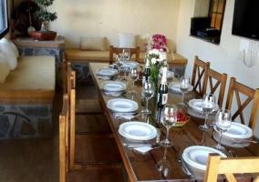 Comedor de la casa con mesa de madera