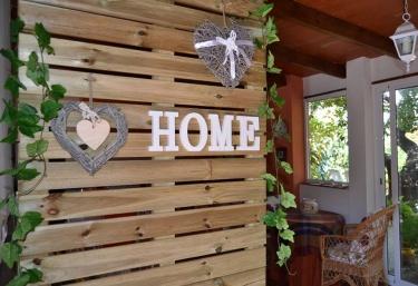 Entrada a la casa con detalles en madera