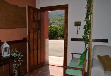 Entrada a la casa con puerta en madera