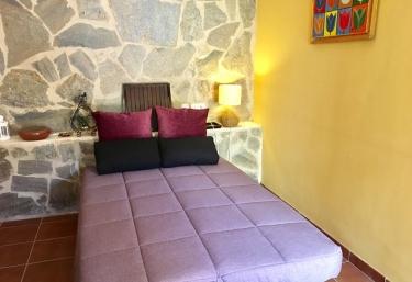 Sala de estar con el sofá cama abierto