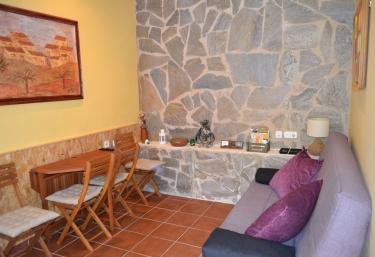 Sala de estar con sillones y la mesa en madera