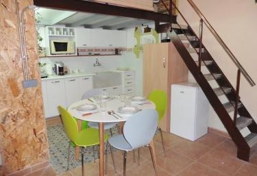 Cocina con mesa de comedor en verde y blanco