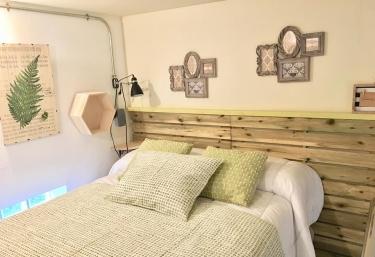 Dormitorio de matrimonio en verde y madera