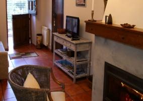 Sala de estar a la entrada con tele en el mueble