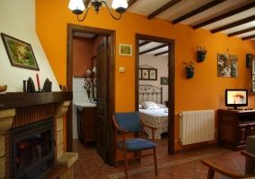 Amplia sala de estar con la chimenea junto a las sillas