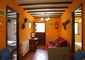 Sala de estar con la chimenea y vistas de las estancias