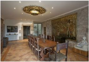 Sala muy amplia con paredes de piedra y techos de madera