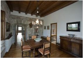 Sala de estar de la casa rural con chimenea, televisor y techos de madera