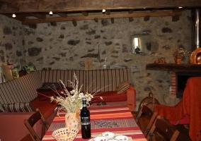 Sala de estar con sillones y la chimenea