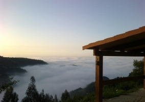 Vistas desde el porche del entorno con niebla