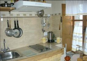 Cocina de la casa con ventanas