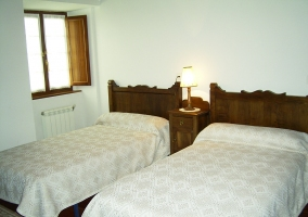 Double bedroom with picture on the headboard