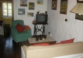 Sala de estar con paredes en piedra y tele