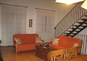 Sala de estar con chimenea en el frente y mesa