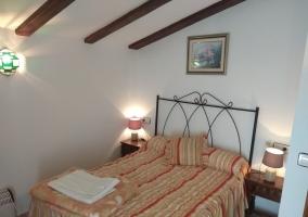 Dormitorio de matrimonio con cuadro
