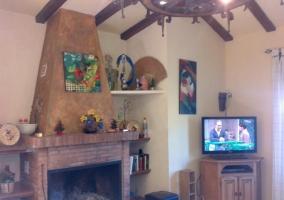 Sala de estar con chimenea en el frente y la tele a un lado