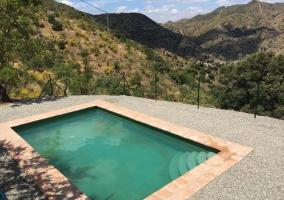 Amplia piscina en la casa con vistas