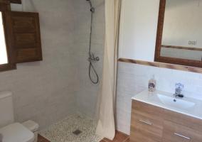 Aseo a la casa con la ducha y cortina
