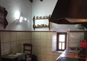 Cocina de la casa con la mesa y sillas.JPG