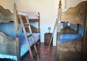 Dormitorio con un par de literas