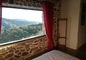 Dormitorio de matrimonio y su ventanal