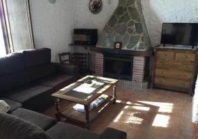 Sala de estar con la chimenea delante de los sillones