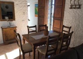 Sala de estar con mesa de comedor y centro