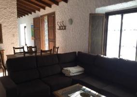 Sala de estar con un sofa