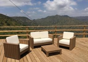Vistas de la zona de la terraza con mesa y sillas