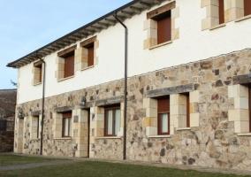 Acceso a la vivienda con ventanas en ambos pisos