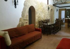 Sala de estar con la chimenea y detalles de madera