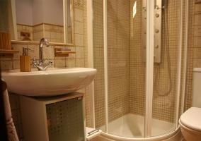 Aseo de la casa con la ducha y toallas