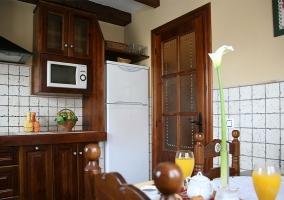 Cocina con mesa auxiliar y desayuno