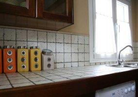 Cocina de la casa con ventana