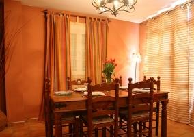 Comedor de la casa con mesa y sillas