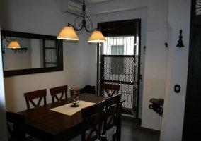 Comedor de la casa con mesa y vistas