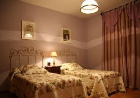 Dormitorio doble con la mesilla entre las camas