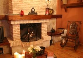 Sala de estar con la chimenea y la mecedora